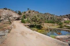 在湖附近的路有低山的 免版税图库摄影