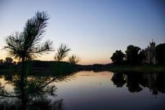 在湖附近的镇定的日落 免版税图库摄影