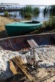 在湖附近被停泊的小船 图库摄影
