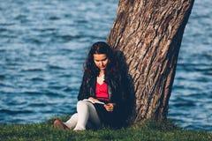 读在湖附近 免版税库存照片