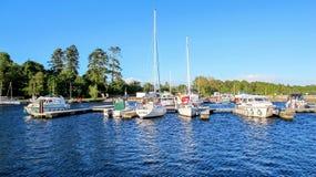 在湖靠码头的小船Derg,爱尔兰 免版税库存图片