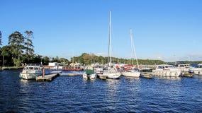 在湖靠码头的小船Derg,爱尔兰 免版税库存照片