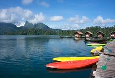 在湖靠码头的独木舟 库存图片