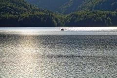 在湖风景的浪漫小船游览 免版税库存图片