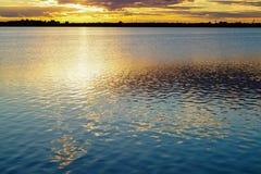 在湖风景背景的金黄日落 库存图片