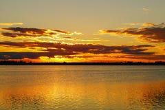 在湖风景背景的金黄日落 图库摄影