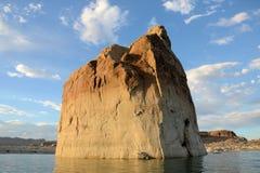 在湖鲍威尔的孤立岩石 库存图片