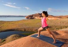 在湖鲍威尔的瑜伽锻炼 图库摄影
