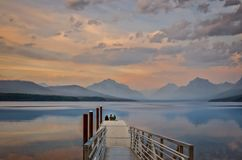 在湖麦克唐纳冰川国家公园的亲密的晚上交谈 图库摄影