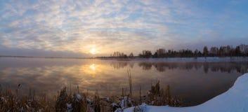 在湖,俄罗斯,乌拉尔的有薄雾的日出 免版税库存照片