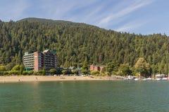 在湖,哈里逊温泉城,不列颠哥伦比亚省,加拿大的美丽的景色 免版税库存图片