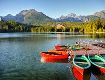 在湖,山风景的红色小船 免版税库存图片
