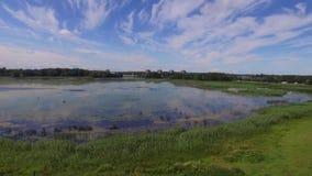 在湖,拉脱维亚附近的土气小船在夏天 股票视频