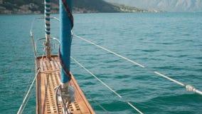 在湖,旅行的射击的前面部分移动的小船通过水户外 影视素材