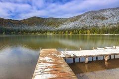 在湖, St阿那湖,特兰西瓦尼亚,罗马尼亚的斯诺伊码头 免版税图库摄影