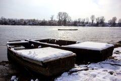 在湖结冰的被放弃的小船 免版税库存图片