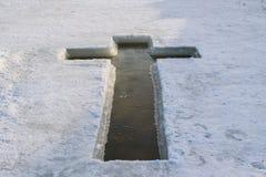 在湖以十字架的形式1月19日的冰,准备为采取圣水 免版税图库摄影