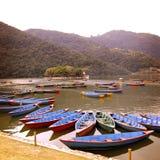 在湖-葡萄酒作用的蓝色小船 五颜六色的减速火箭的照片 库存图片