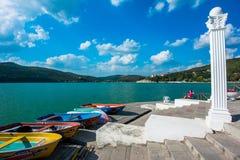 在湖Abrau岸的小船  免版税库存图片
