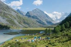 在湖Akkem附近的帐篷阵营 免版税图库摄影