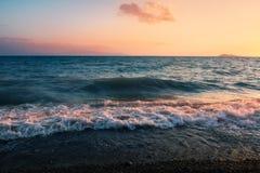 在湖alakol的日落与云彩 卡扎克斯坦 免版税图库摄影