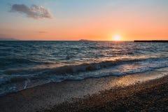 在湖alakol的日落与云彩 卡扎克斯坦 免版税库存图片