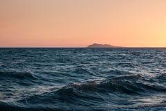 在湖alakol的日落 卡扎克斯坦 图库摄影