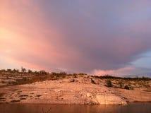 在湖Amistad的令人敬畏的云彩视图 库存图片