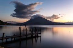 在湖atitlan危地马拉的日落 库存照片