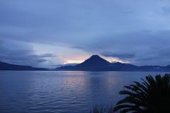 在湖Atitlan的日落在危地马拉 免版税库存图片