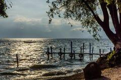 在湖Atitlan黄昏光的,危地马拉的小船 免版税库存图片