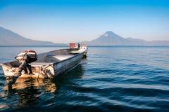 在湖Atitlan,危地马拉大海的小船  免版税库存图片
