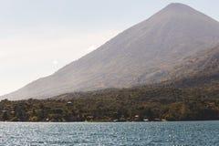 在湖Atitlan,危地马拉的山 免版税库存图片