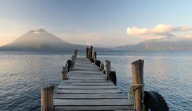 在湖Atitlan,危地马拉的老码头 库存图片