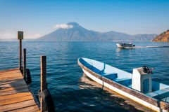 在湖Attitlan的游船有圣佩德罗火山火山的在背景中 免版税库存图片