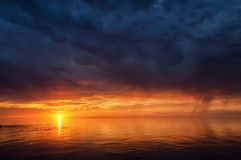 在湖Balkhash,哈萨克斯坦的雷暴天空 免版税图库摄影