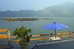在湖Batur在雨以后,巴厘岛,印度尼西亚的彩虹 库存照片
