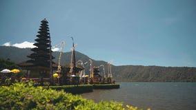 在湖Beratan,巴厘岛的Ulun Danu寺庙 影视素材