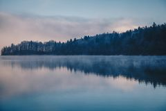 在湖Bohinj,斯洛文尼亚的全景早晨薄雾 概念冬天风景 库存照片
