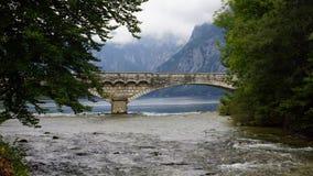 在湖Bohinj,斯洛文尼亚的老石桥梁 库存照片