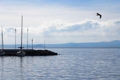 在湖Bolsena的码头 图库摄影