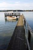 在湖chiemsee的码头 免版税库存照片