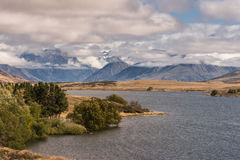 在湖Clearwater,新西兰后的高山范围 免版税库存图片