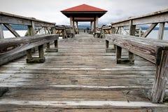 在湖Dardanelle的渔码头有人的 库存图片