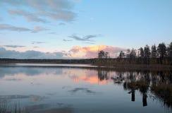 在湖Els的日落在俄罗斯的阿尔汉格尔斯克州地区 库存照片