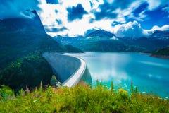 在湖Emosson的水坝在夏慕尼& x28附近; France& x29;并且Finhaut & x28; Switzerland& x29; 免版税库存照片