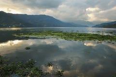 在湖Feva的日落有天空的反射的 库存图片
