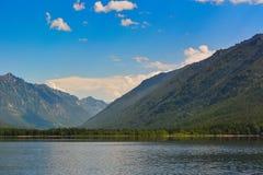 在湖Frolikha的山 免版税库存照片