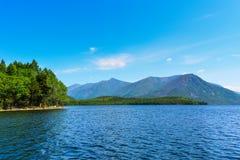 在湖Frolikha的山 图库摄影
