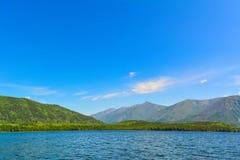 在湖Frolikha的山 库存照片